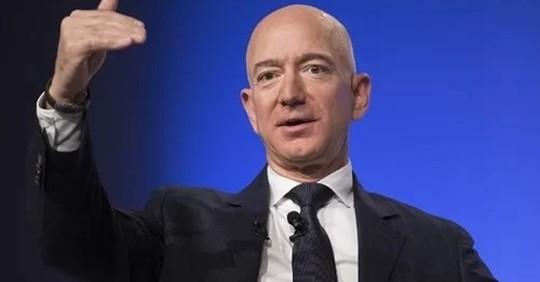 Làm 2,8 triệu năm mới bằng tài sản của ông chủ Amazon - Ảnh 1.
