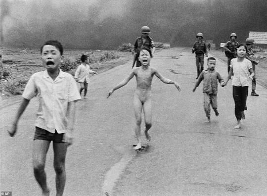 """""""Em bé napalm"""" là ảnh báo chí quyền lực nhất trong 50 năm qua - Ảnh 1."""