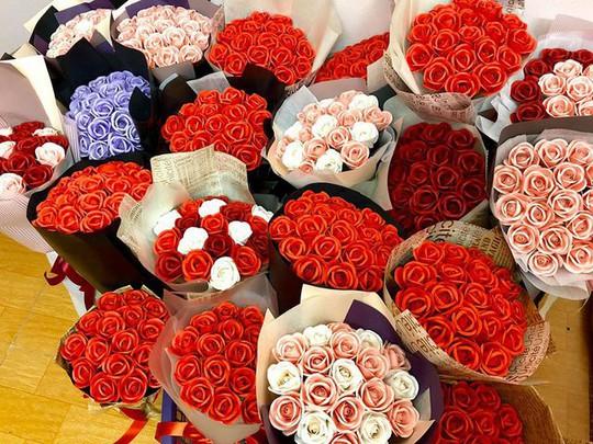 Bán hoa tự gấp lãi 30 triệu đồng mùa kinh doanh 20/10 - Ảnh 1.