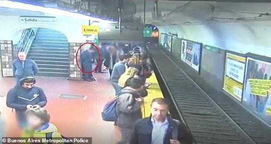 Người đàn ông ngất xỉu, đẩy người phụ nữ ngã vào đường tàu - Ảnh 2.