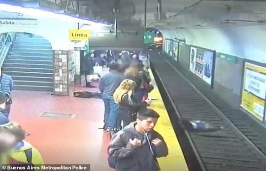 Người đàn ông ngất xỉu, đẩy người phụ nữ ngã vào đường tàu - Ảnh 3.
