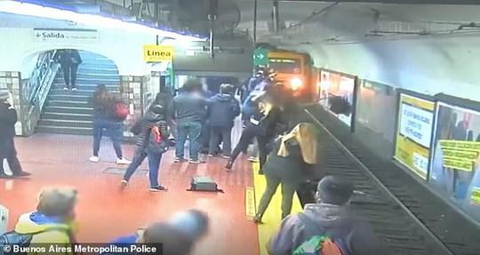 Người đàn ông ngất xỉu, đẩy người phụ nữ ngã vào đường tàu - Ảnh 4.