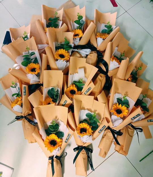 Bán hoa tự gấp lãi 30 triệu đồng mùa kinh doanh 20/10 - Ảnh 4.