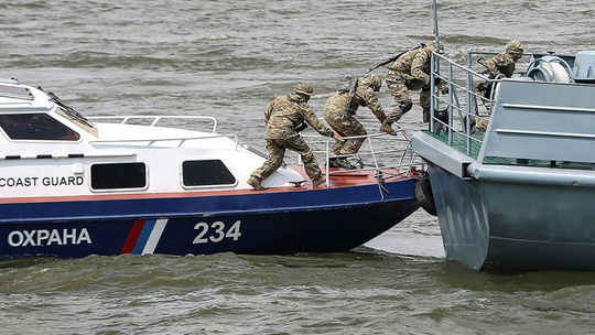 Nga bắn cháy tàu cá Triều Tiên, bắt 21 người - Ảnh 1.