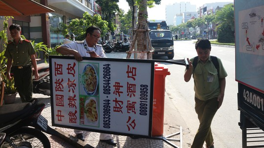 Xử phạt 30 cơ sở ghi bảng quảng cáo toàn chữ nước ngoài tại phố Trung Quốc Đà Nẵng - Ảnh 1.