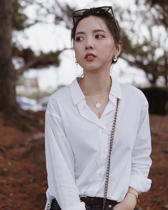 4 kiểu áo trắng chưa bao giờ lỗi mốt dành cho chị em công sở - Ảnh 2.