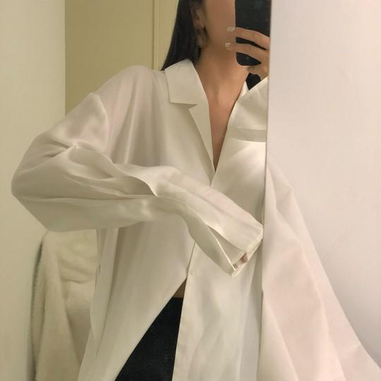 4 kiểu áo trắng chưa bao giờ lỗi mốt dành cho chị em công sở - Ảnh 3.