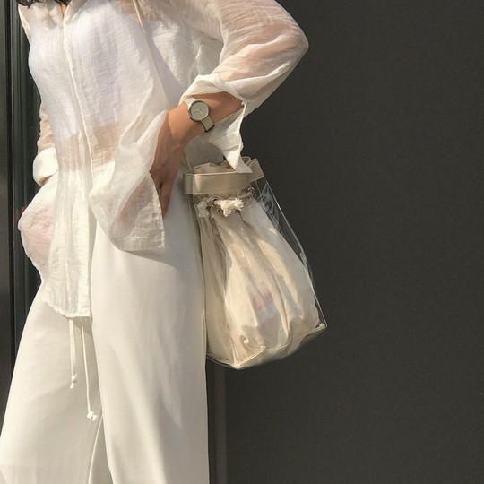 4 kiểu áo trắng chưa bao giờ lỗi mốt dành cho chị em công sở - Ảnh 7.