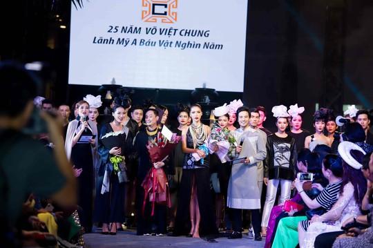 Đoàn Minh Tài làm MC kỷ niệm 25 năm của NTK Võ Việt Chung - Ảnh 7.