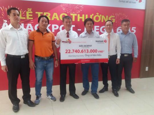 Người hai lần công khai danh tính trúng Jackpot nhận thưởng hơn 22,7 tỉ đồng - Ảnh 2.