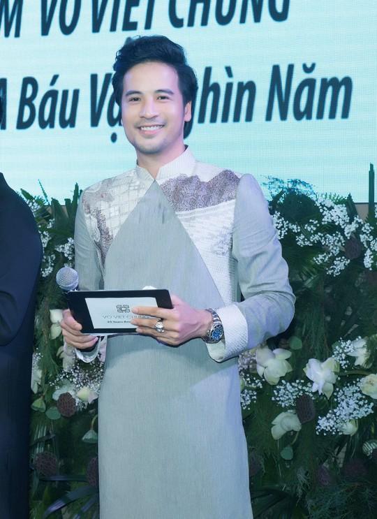 Đoàn Minh Tài làm MC kỷ niệm 25 năm của NTK Võ Việt Chung - Ảnh 1.