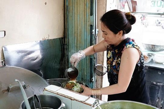 Báo nước ngoài gợi ý 10 quán bún bò Huế ngon ở TP HCM - Ảnh 2.