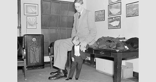 Cuộc đời ngắn ngủi của chàng trai cao nhất thế giới - Ảnh 2.