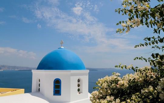 Ngắm những ngôi nhà tường trắng mái xanh ở Santorini - Ảnh 2.