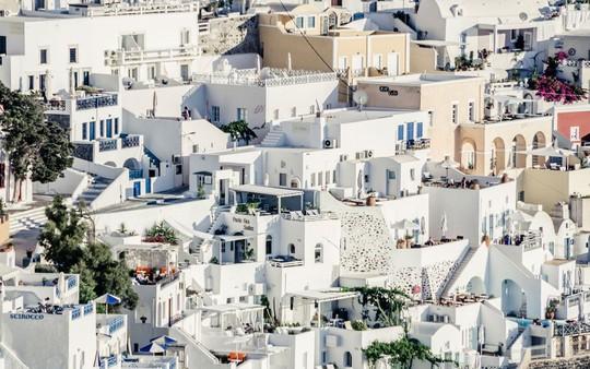 Ngắm những ngôi nhà tường trắng mái xanh ở Santorini - Ảnh 11.