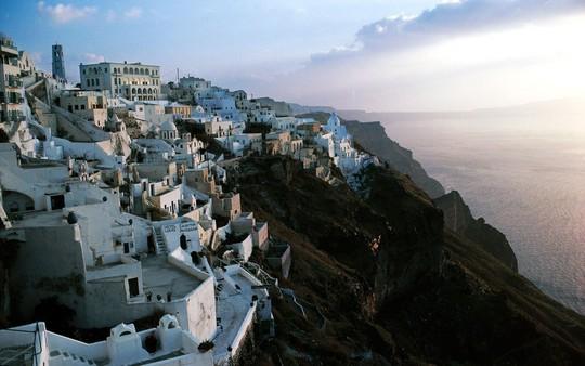 Ngắm những ngôi nhà tường trắng mái xanh ở Santorini - Ảnh 14.