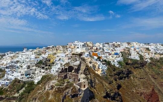 Ngắm những ngôi nhà tường trắng mái xanh ở Santorini - Ảnh 19.