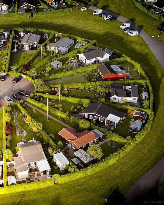 Ngôi làng có kiến trúc như của người ngoài hành tinh ở Đan Mạch - Ảnh 2.