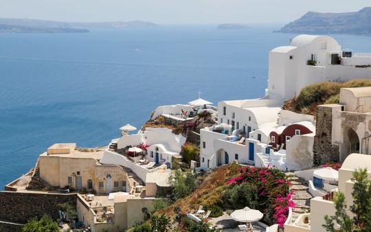 Ngắm những ngôi nhà tường trắng mái xanh ở Santorini - Ảnh 3.