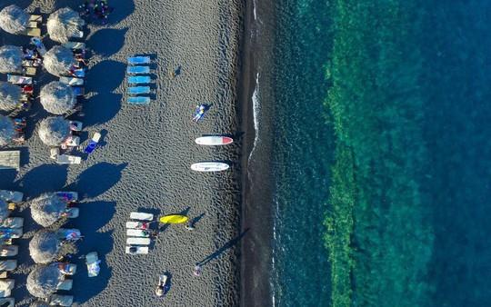 Ngắm những ngôi nhà tường trắng mái xanh ở Santorini - Ảnh 4.