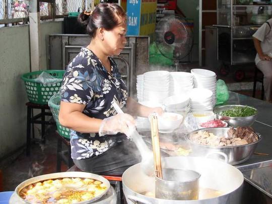 Báo nước ngoài gợi ý 10 quán bún bò Huế ngon ở TP HCM - Ảnh 6.