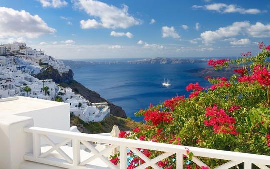 Ngắm những ngôi nhà tường trắng mái xanh ở Santorini - Ảnh 7.