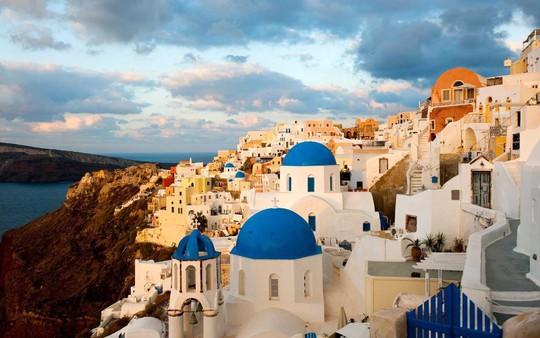Ngắm những ngôi nhà tường trắng mái xanh ở Santorini - Ảnh 10.