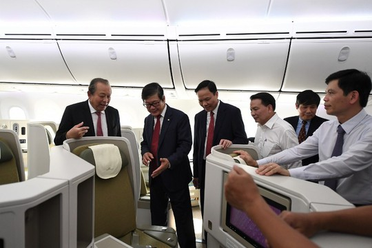 Phó Thủ tướng ngồi thử siêu máy bay, chiếc máy bay thứ 100 của Vietnam Airlines - Ảnh 1.