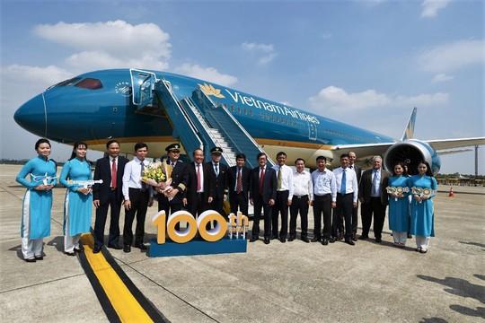 Phó Thủ tướng ngồi thử siêu máy bay, chiếc máy bay thứ 100 của Vietnam Airlines - Ảnh 6.