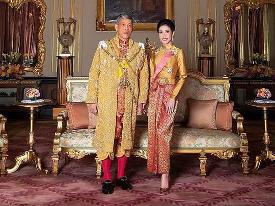 Hoàng quý phi Thái Lan bị phế truất vì tranh ngôi hoàng hậu - Ảnh 2.