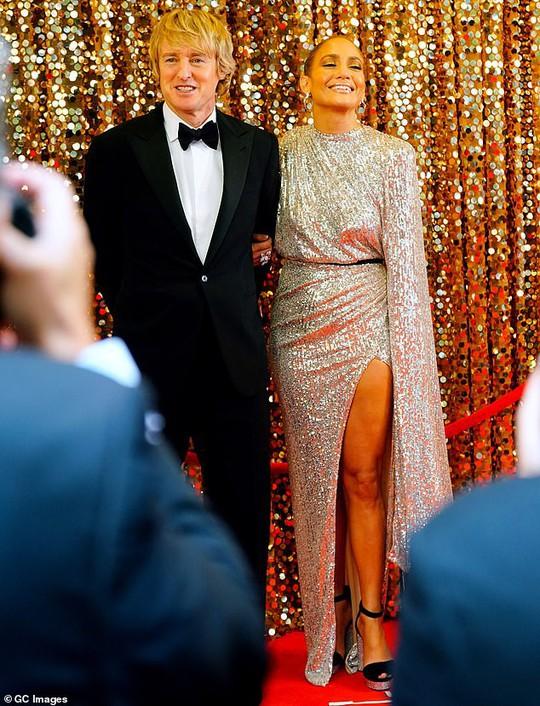 Jennifer Lopez khoe chân thon trên thảm đỏ - Ảnh 8.