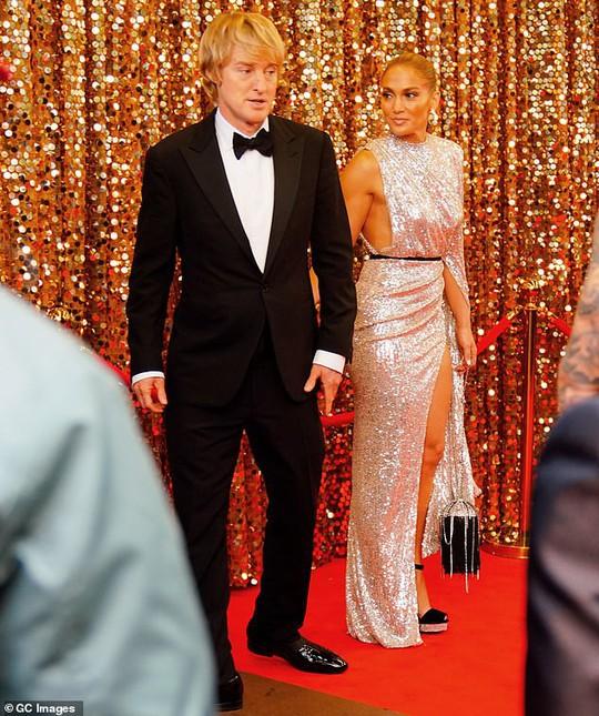 Jennifer Lopez khoe chân thon trên thảm đỏ - Ảnh 7.
