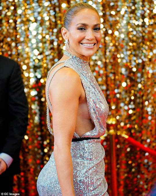 Jennifer Lopez khoe chân thon trên thảm đỏ - Ảnh 3.