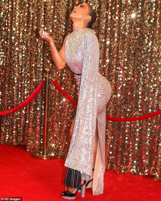 Jennifer Lopez khoe chân thon trên thảm đỏ - Ảnh 4.