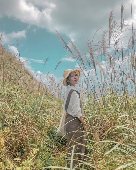 Giới trẻ khoe ảnh với đồng cỏ lau trắng dịp cuối thu ở Bình Liêu - Ảnh 2.