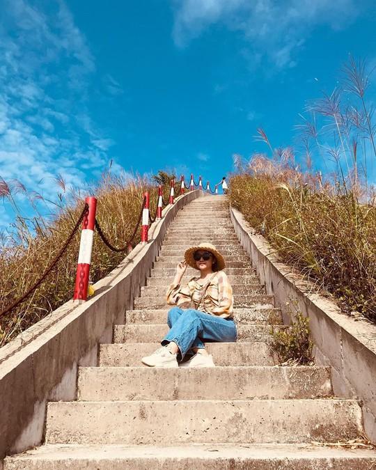 Giới trẻ khoe ảnh với đồng cỏ lau trắng dịp cuối thu ở Bình Liêu - Ảnh 6.