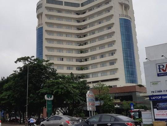 Rơi từ tầng 8 khách sạn, Phó phòng Kế toán Trường ĐH thiệt mạng - Ảnh 1.