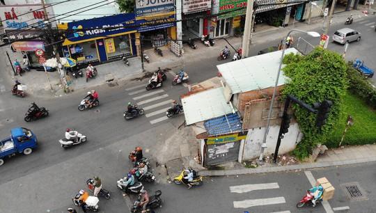 Căn nhà xấu xí án ngữ giữa đường tại TP HCM - Ảnh 2.