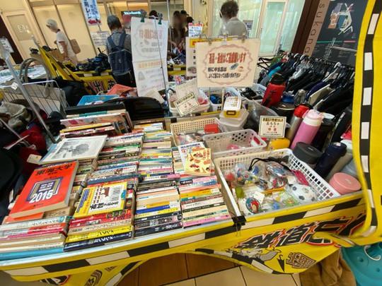 Khu chợ chuyên bán đồ bỏ quên trên tàu điện ngầm ở Nhật - Ảnh 1.