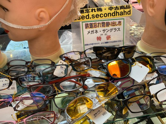 Khu chợ chuyên bán đồ bỏ quên trên tàu điện ngầm ở Nhật - Ảnh 2.