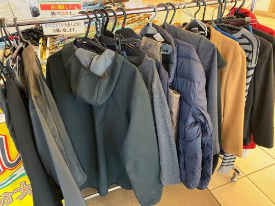 Khu chợ chuyên bán đồ bỏ quên trên tàu điện ngầm ở Nhật - Ảnh 4.
