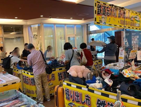 Khu chợ chuyên bán đồ bỏ quên trên tàu điện ngầm ở Nhật - Ảnh 6.