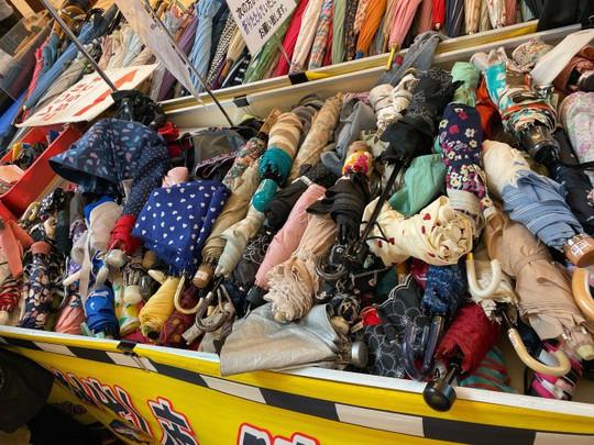 Khu chợ chuyên bán đồ bỏ quên trên tàu điện ngầm ở Nhật - Ảnh 7.