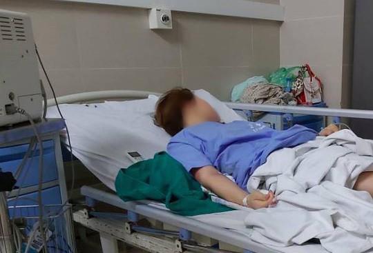 Hút mỡ bụng để nâng ngực, người phụ nữ đi cấp cứu trong đêm - Ảnh 1.