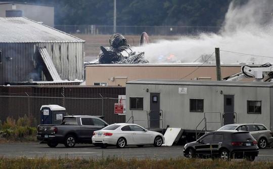 Mỹ: Pháo đài bay rơi xuống sân bay, ít nhất 7 người thiệt mạng - Ảnh 2.