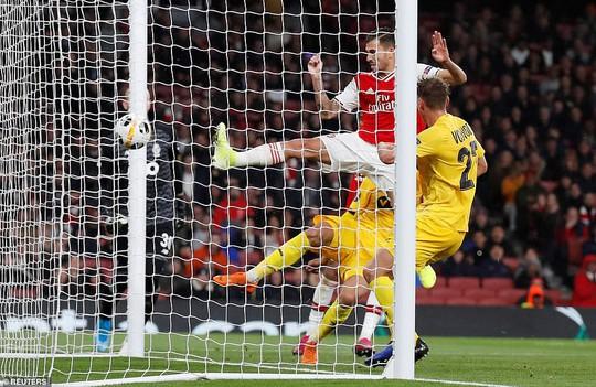 Sao 18 tuổi bùng nổ, Arsenal lên ngôi đỉnh bảng Europa League - Ảnh 6.