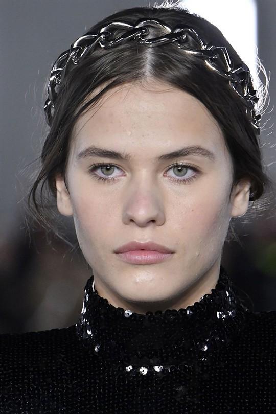 Những kiểu tóc đẹp trên sàn diễn thời trang mà bạn có thể học theo - Ảnh 1.