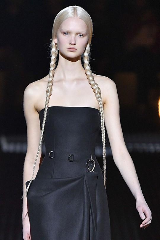 Những kiểu tóc đẹp trên sàn diễn thời trang mà bạn có thể học theo - Ảnh 3.