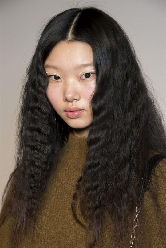 Những kiểu tóc đẹp trên sàn diễn thời trang mà bạn có thể học theo - Ảnh 12.