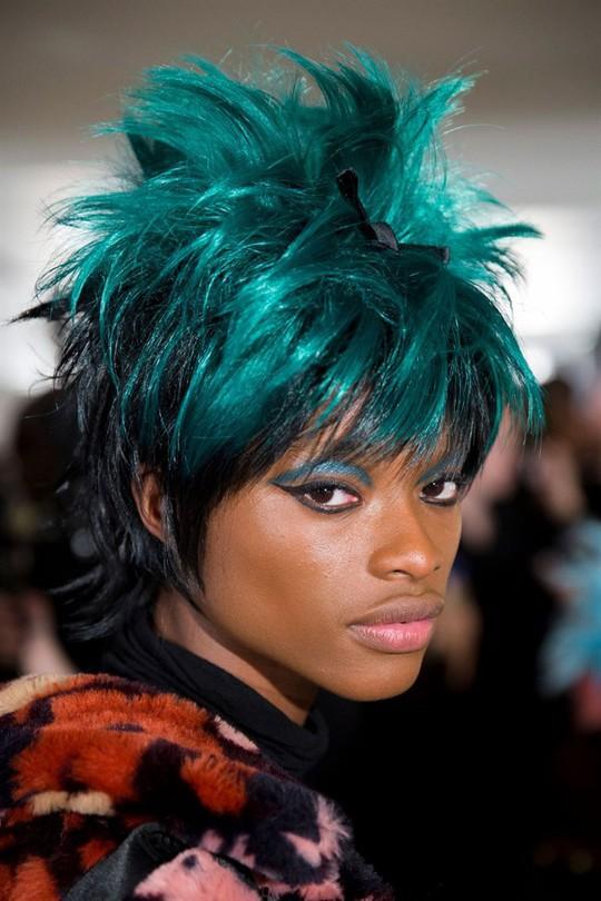 Những kiểu tóc đẹp trên sàn diễn thời trang mà bạn có thể học theo - Ảnh 13.